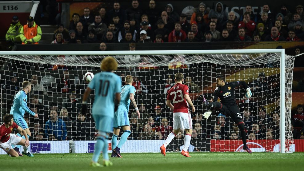 Manchester United's Argentinian goalkeeper Sergio Romero (R) flicks out his leg to make a save during the UEFA Europa League group A football match between Manchester United and Feyenoord at Old Trafford stadium in Manchester, north-west England, on November 24, 2016. / AFP / Oli SCARFF (Photo credit should read OLI SCARFF/AFP/Getty Images)